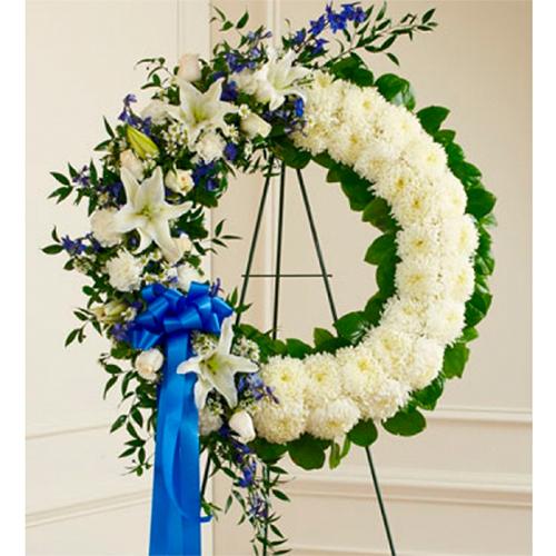 Corona Funeral De Crisantemos Rosas Y Liliums Blancos Con Cinta Azul